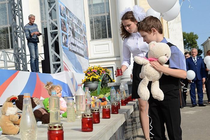 Около 700 кировчан почтили память жертв теракта в Беслане
