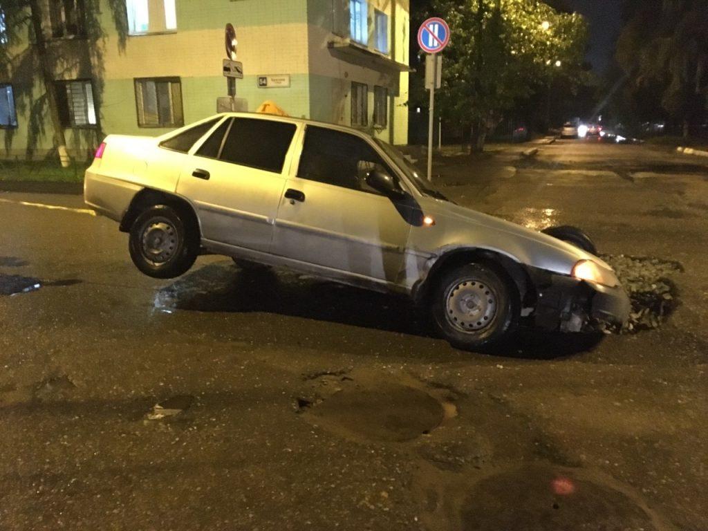 В Кирове таксист провалился в яму на дороге