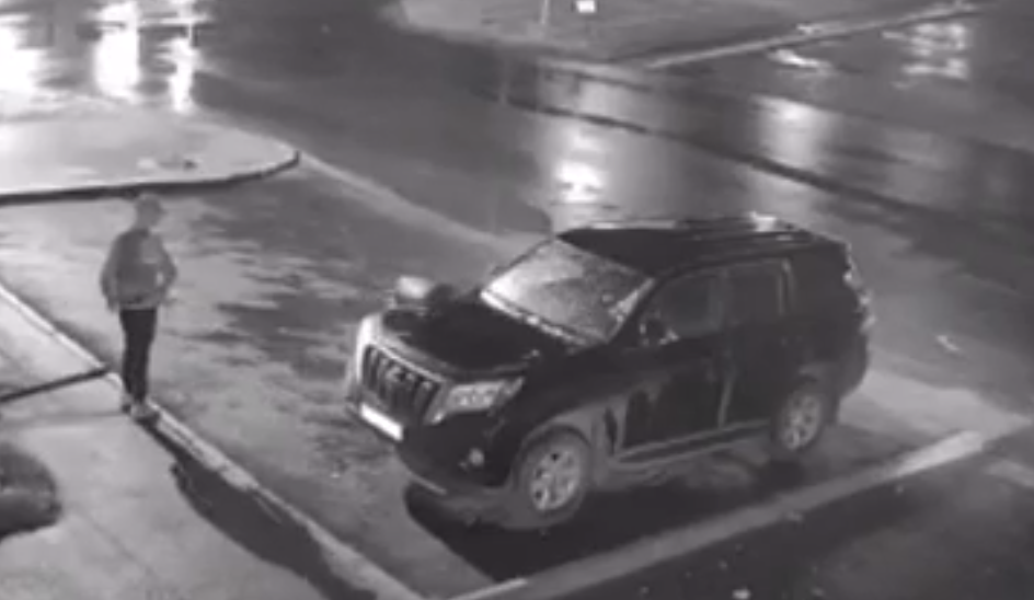В Кирове прохожий несколько раз бросил урну в припаркованный внедорожник