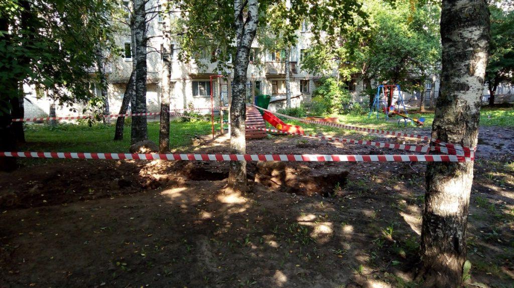 На Профсоюзной рядом с детской площадкой обвалился грунт