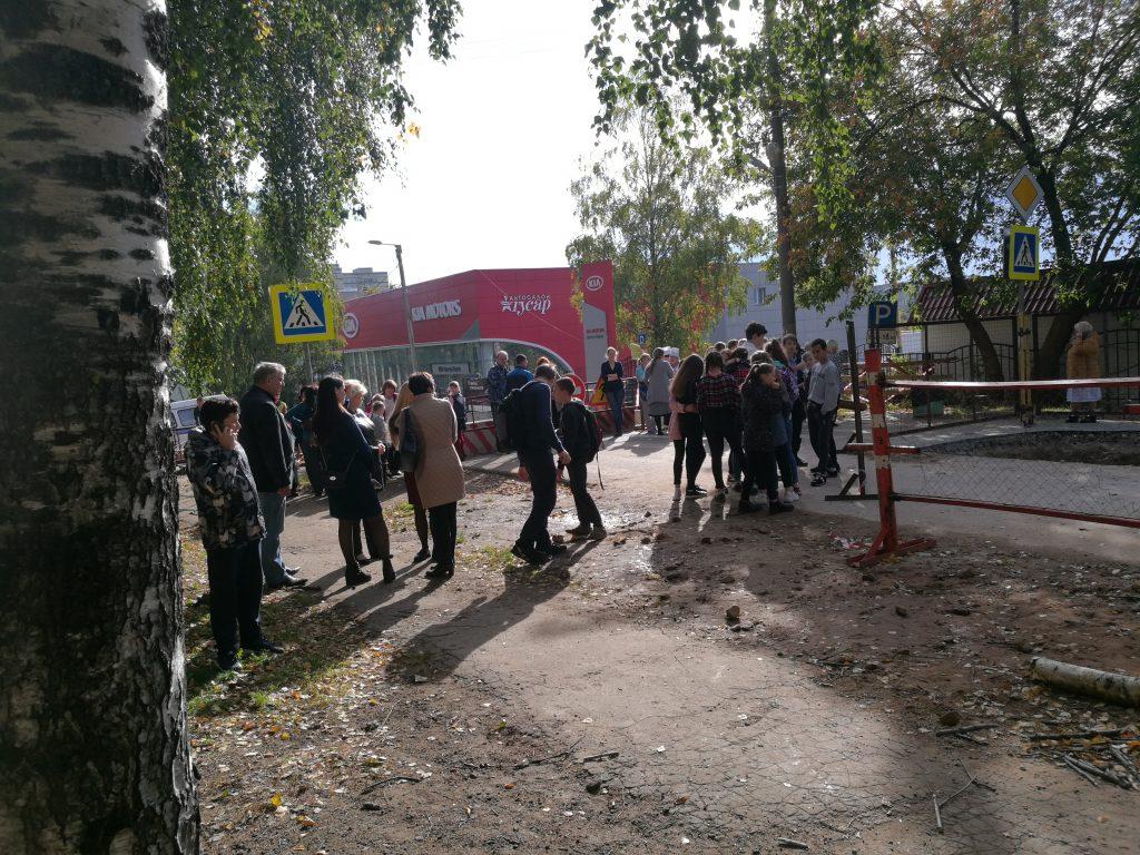 Учеников кировской школы срочно эвакуировали из-за сообщения о бомбе