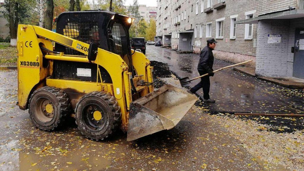 При ремонте дворов в Кирове подрядчики укладывают асфальт прямо в лужи