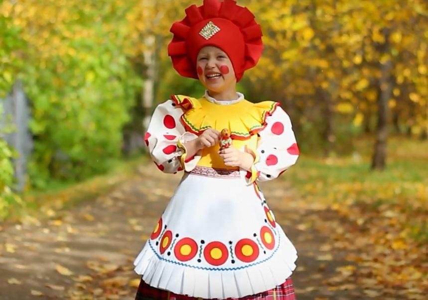 Юная кировчанка в образе дымковской игрушки поздравила Путина