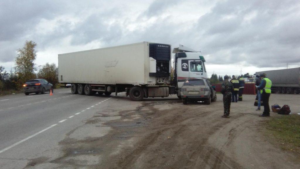4 человека пострадали в столкновении фуры и «Лады» в Кировской области