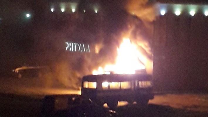 У ритуального салона на Менделеева сгорел микроавтобус