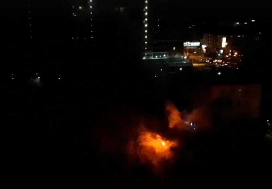 В Кирове сгорел заброшенный дом у «Алых парусов»