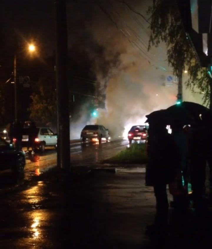 В Кирове автомобиль загорелся во время движения
