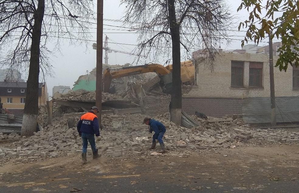 В Кирове при сносе здания часть стены рухнула на дорогу