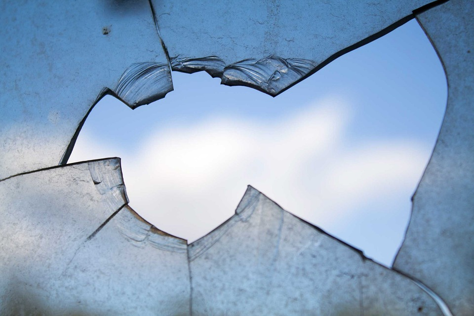 В Белой Холунице во время урока в школе выпало окно: пострадал ребенок
