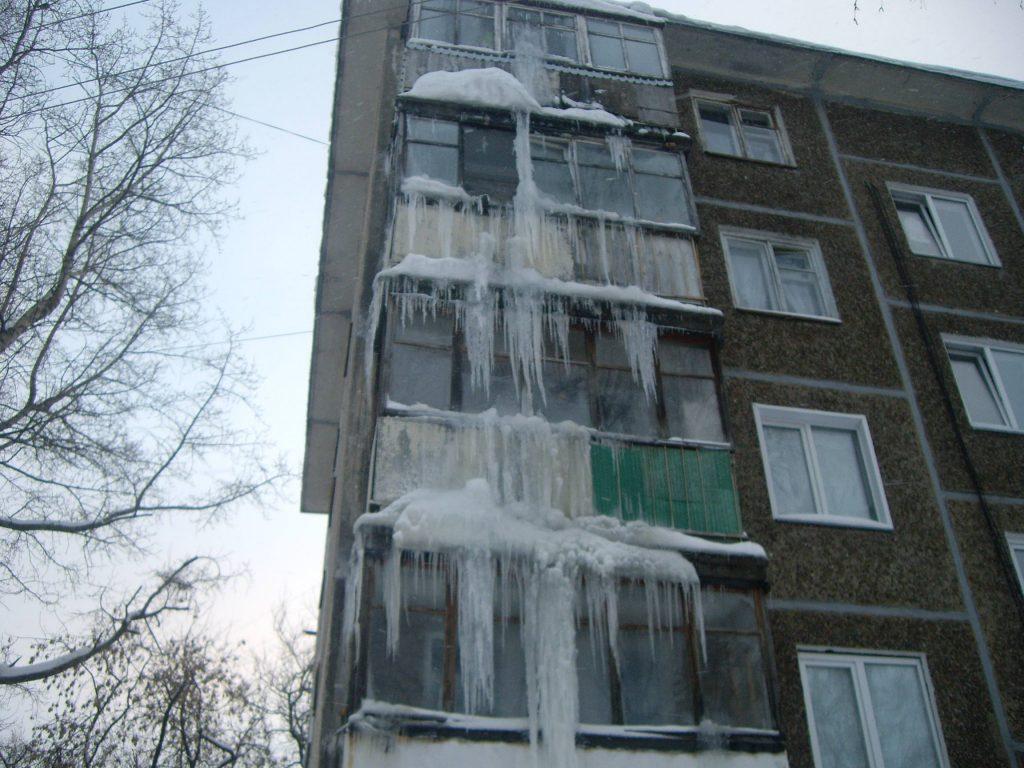 В Кирове на доме образовалась сосулька в 4 этажа