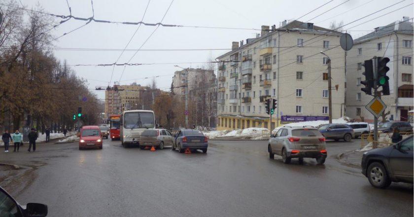 В Кирове в тройном дтп пострадали 2 человека