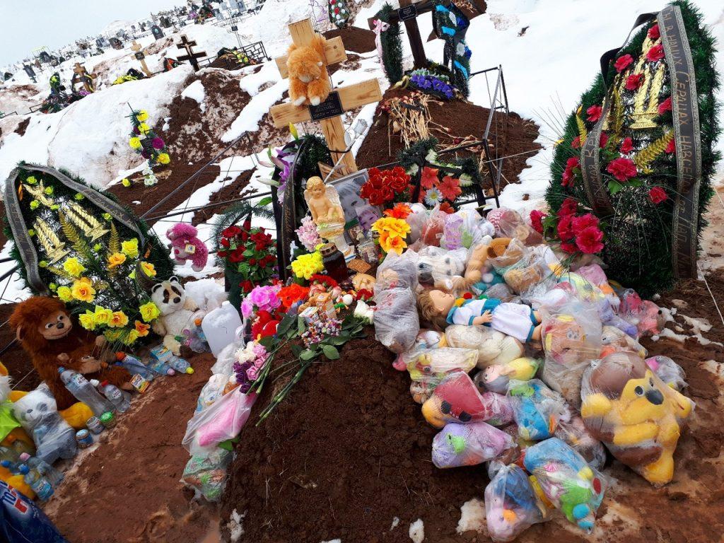 Кировчане на сороковой день принесли на могилу трехлетней девочки воду и игрушки