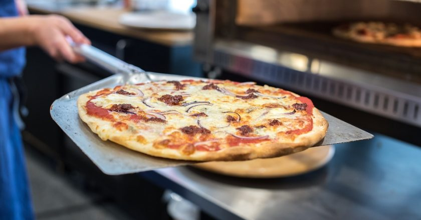 Хозяйка пиццерии оставила работниц без зарплаты