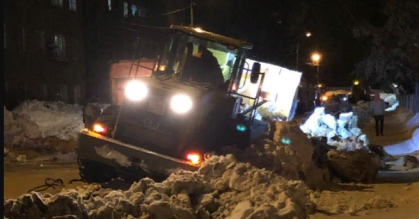 В Кирове трактор застрял на улице, которую пытался расчистить