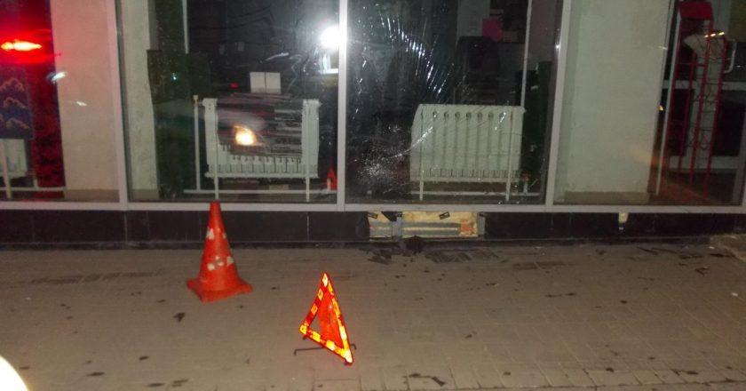 В Кирове неизвестный сбил пешехода и врезался в дом
