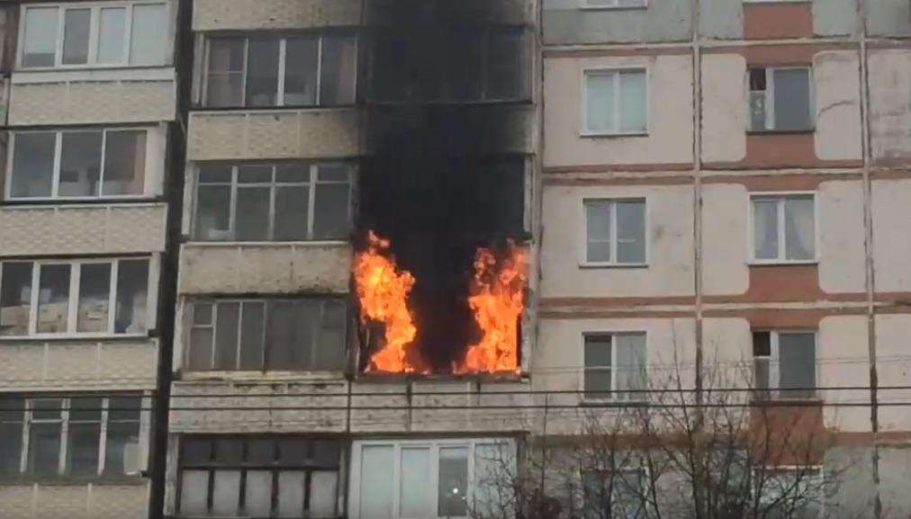 На проспекте Строителей в Кирове полыхает квартира