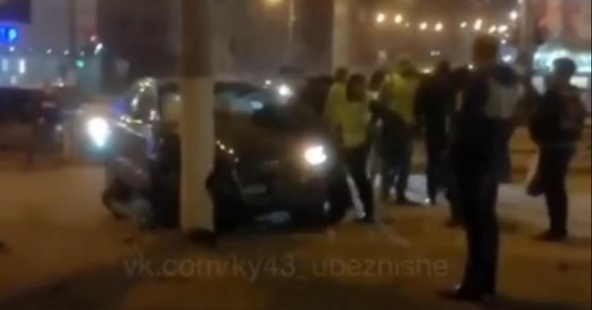 В Кирове водитель «Ауди» врезался в столб