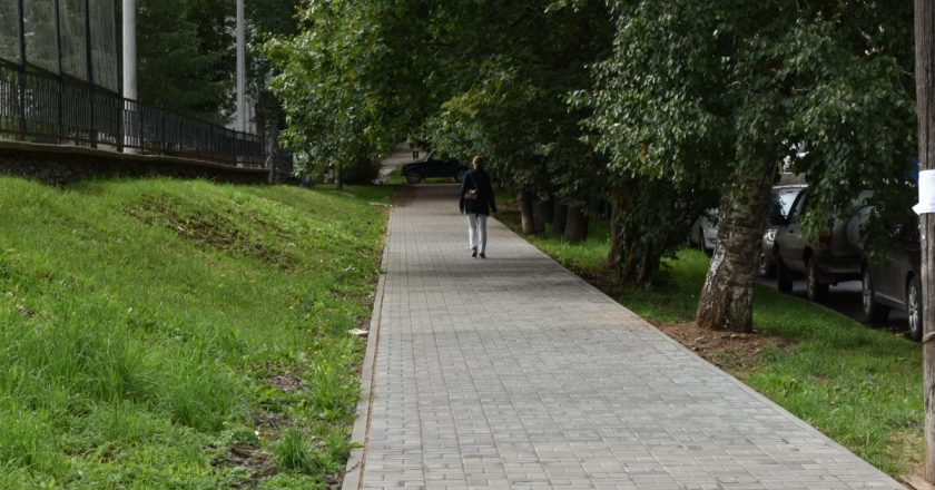 В Кирове идет ремонт тротуаров возле детсадов и школ