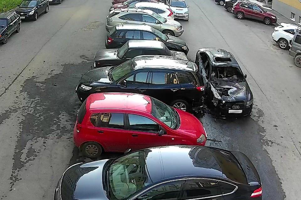 В Кирове неизвестный поджег три машины на парковке у жилого дома