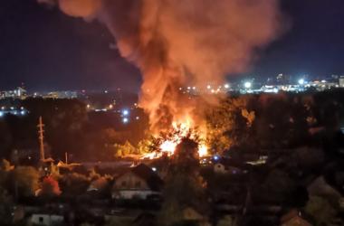 В Кирове горит частный сектор, слышны взрывы