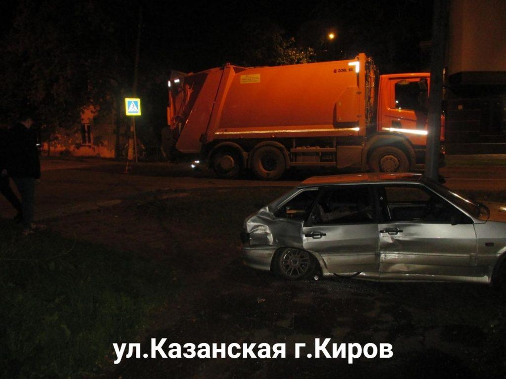 Ночью в Кирове ВАЗ въехал в мусоровоз