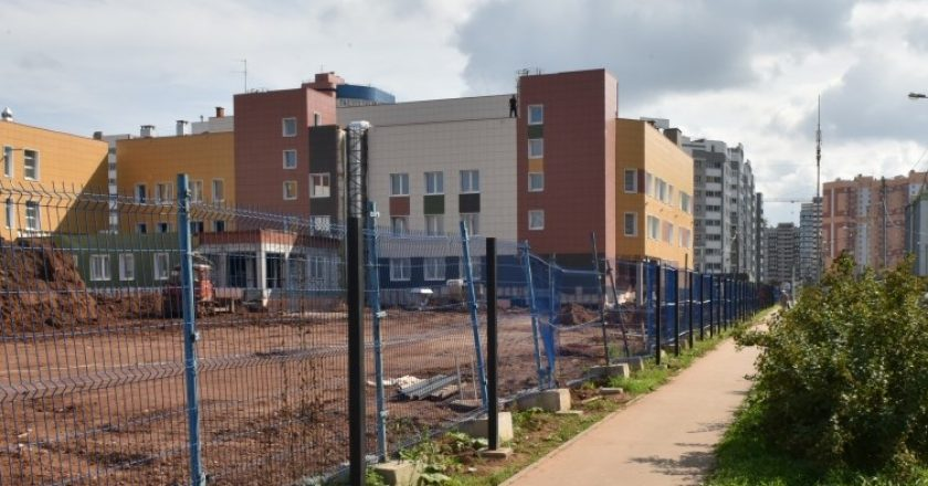 В новой школе обустраивают внутренний двор