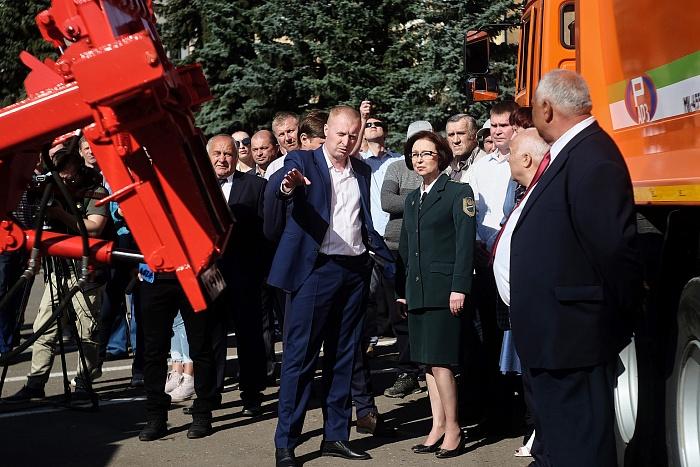 18 новых мусоровозов передали в Киров и районы области