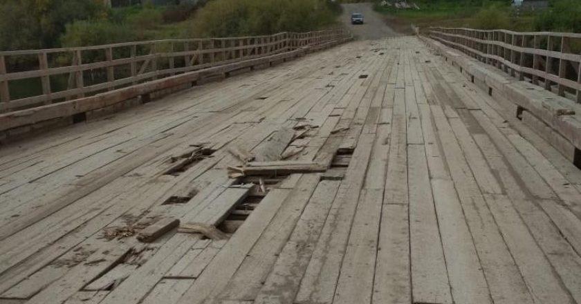 Деревянный мост через Немду в Кировской области после демонтажа на период половодья стал разрушаться. Из-за этого более 900 человек из 6 населенных пунктов могут столкнуться с транспортными проблемами.