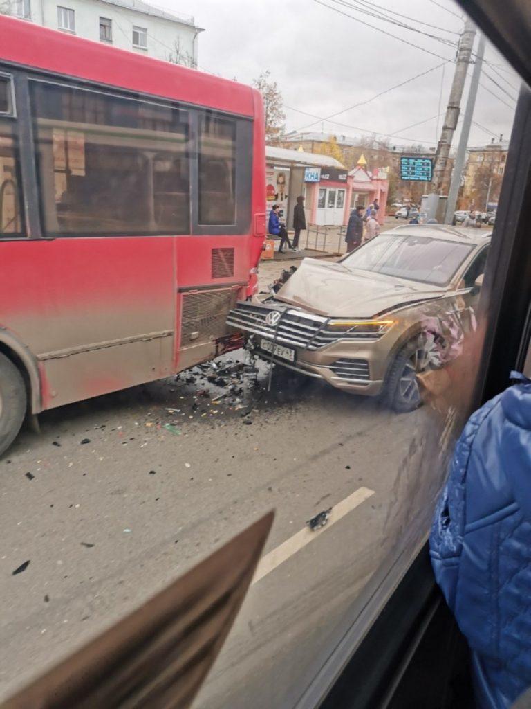 В Кирове сегодня столкнулись несколько машин и автобус