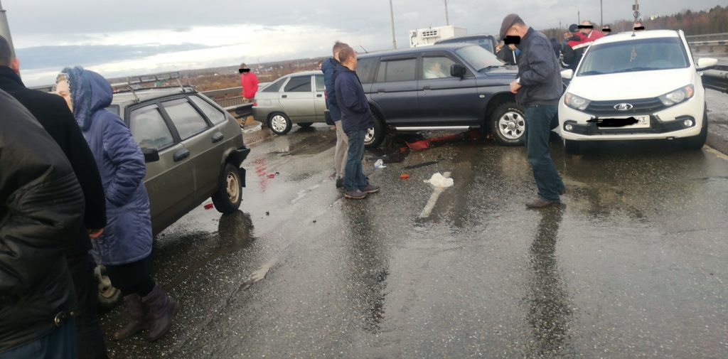Авария новый мост, 6 машин, в город движение перекрыто.