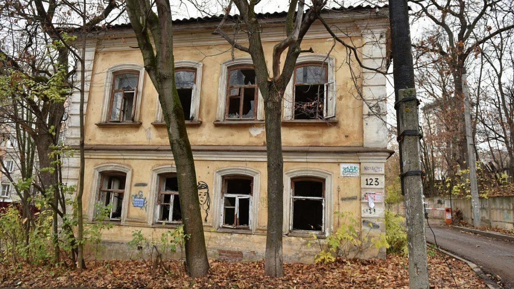 Заброшенные здания рядом с кировскими школами законсервируют