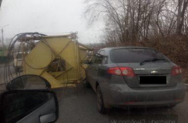 В Кирове на иномарку упал кран с «КамАЗа»