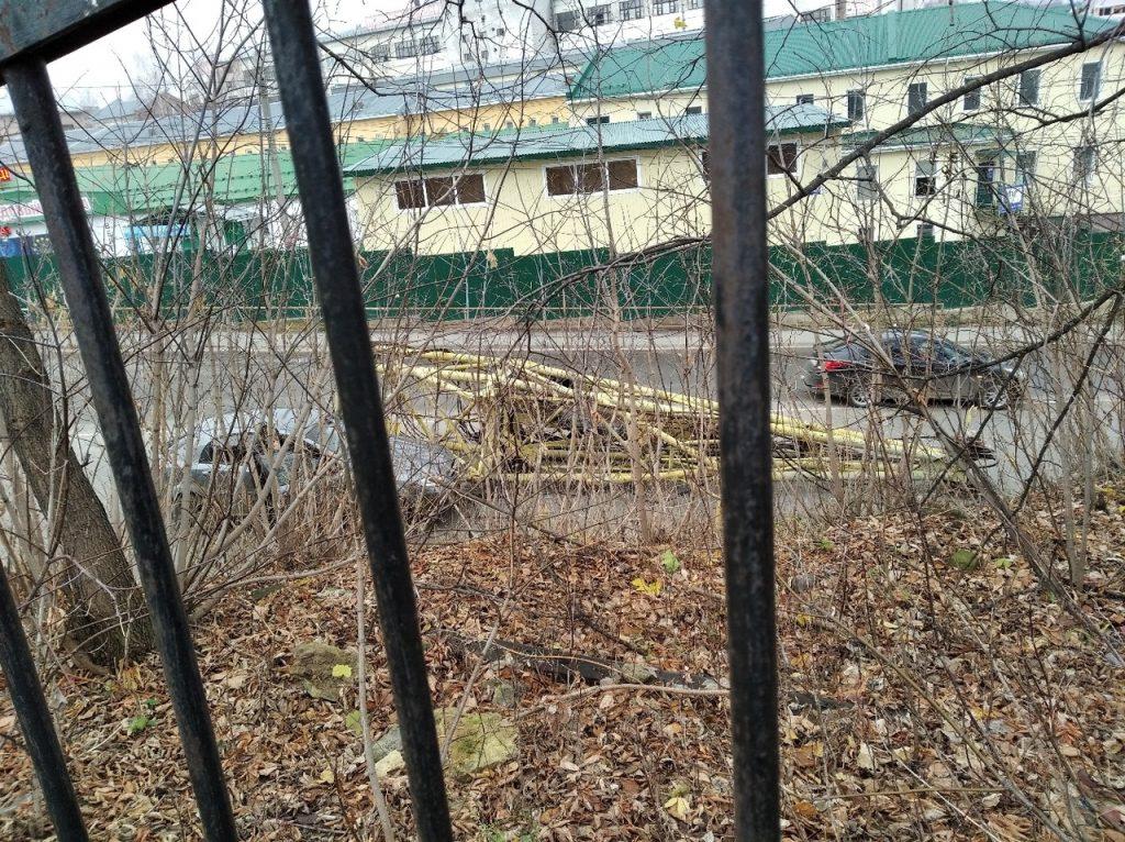 В Кирове кран упал на легковушку