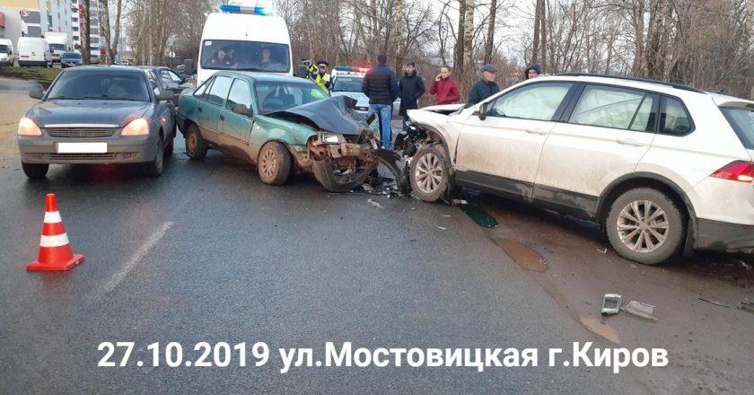 В тройном ДТП в Кирове пострадали три человека