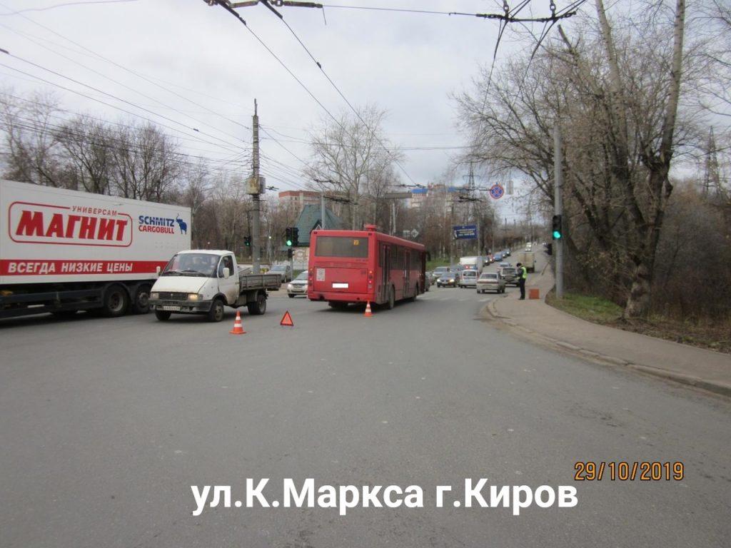 Две женщины травмировались в автобусе в Кирове