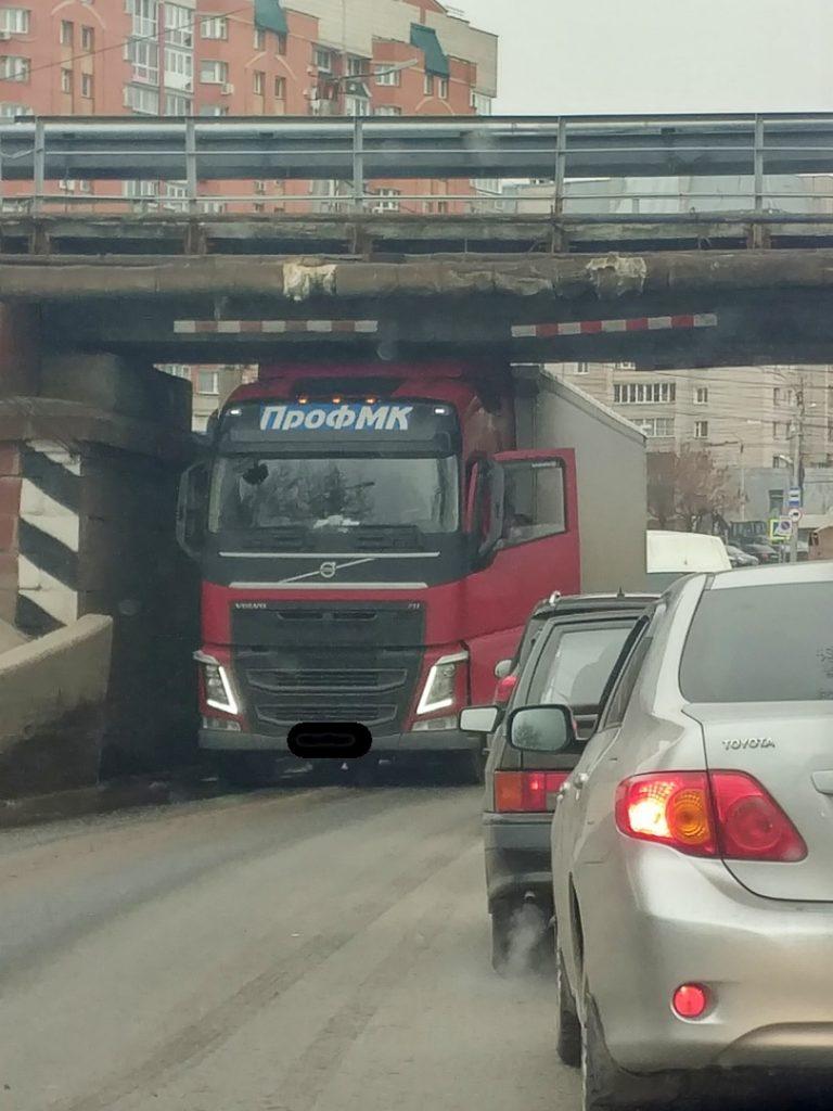 В Кирове грузовик застрял под мостом