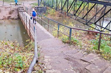 Спустя год после обещания чиновников отремонтировать мост через Хлыновку жители Зонального все еще рискуют получить травму