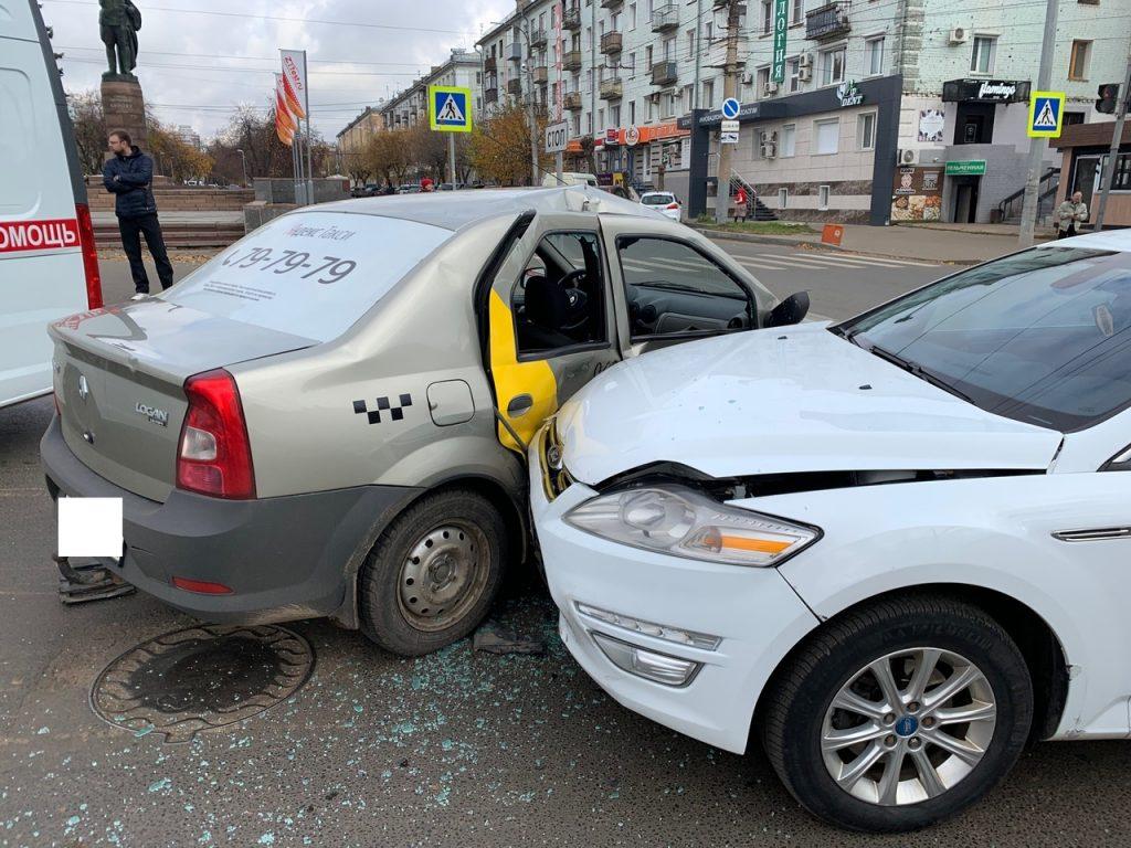В центре Кирова столкнулись две машины