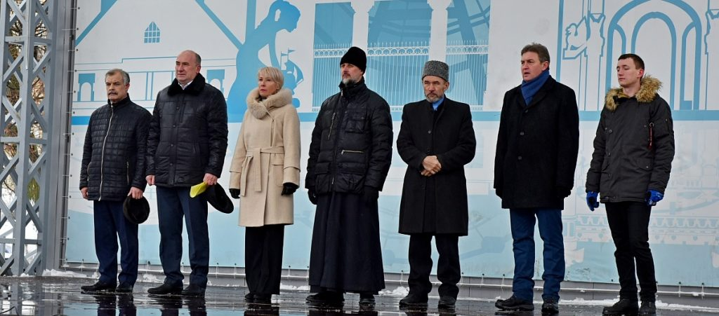 Свыше 2500 кировчан отметили День народного единства на Театральной площади