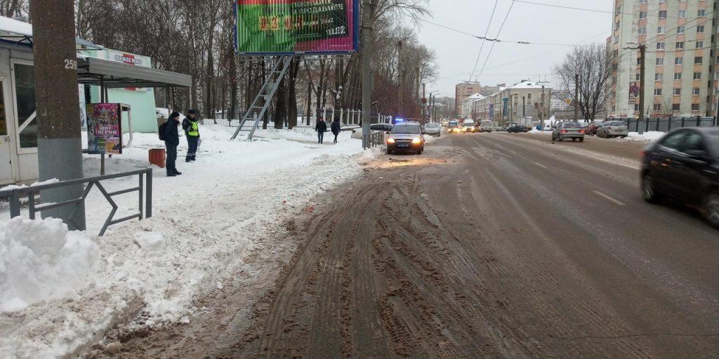 В Кирове мужчина упал под троллейбус