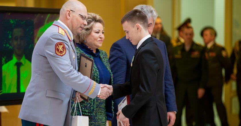 мальчик из кировской области получил награду за спасение человека