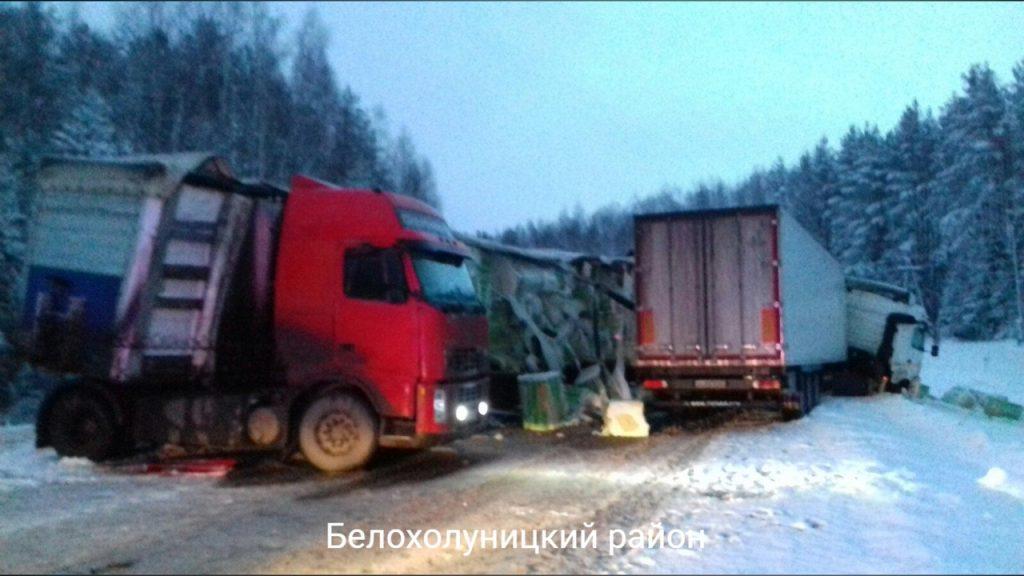 В Кировской области столкнулись две фуры