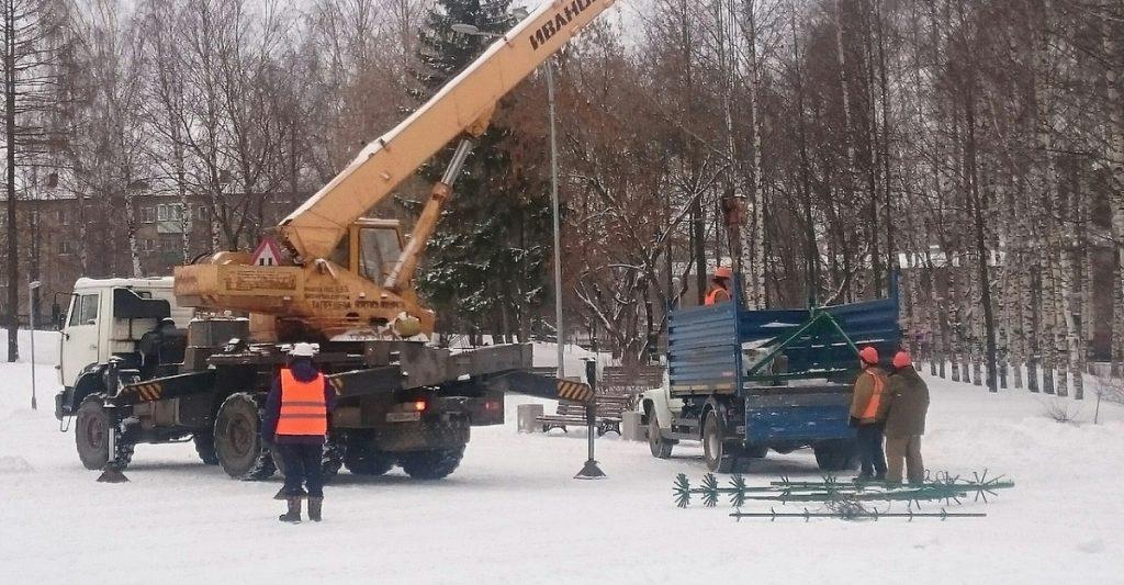 В Кирове начали устанавливать общегородские ёлки