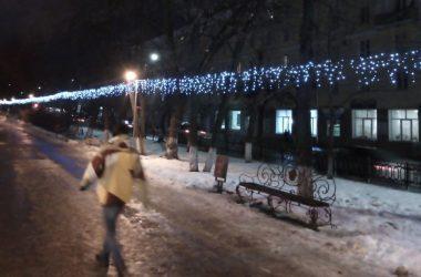 На улицах Кирова появились новогодние гирлянды