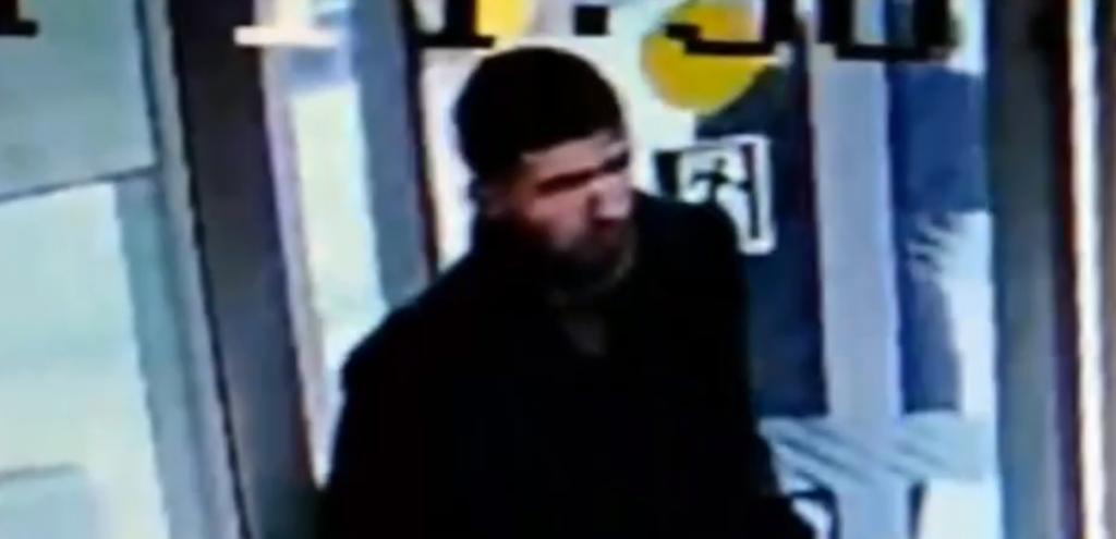 Кировские полицейские устанавливают личность подозреваемого в совершении грабежа