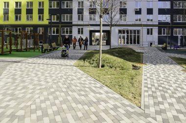 на внутридомовой территории разместятся площадки для отдыха, пешеходные зоны, малые архитектурные формы.