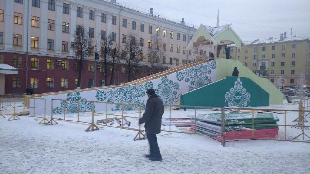 В Кирове установили главную новогоднюю ёлку города