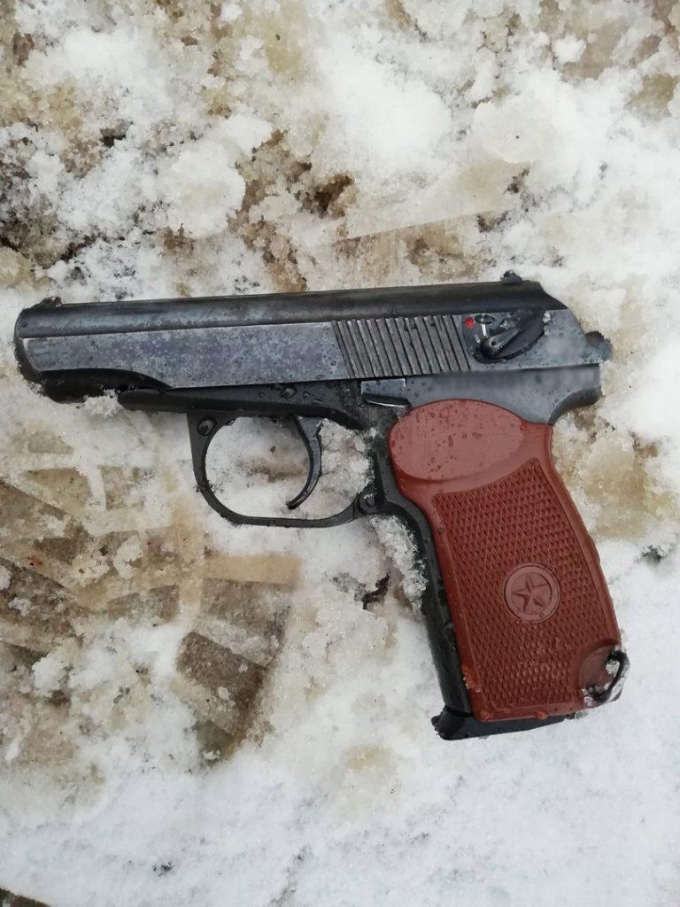 Около 9 утра 7 декабря патрульным поступило сообщение, что возле магазинана улице Воровского, 1, ходит мужчина с пистолетом. На место незамедлительно прибыли две группы задержания вневедомственной охраны.