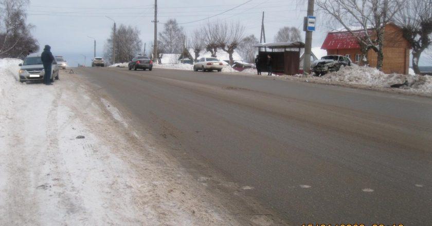 В Кирове водитель врезался в столб