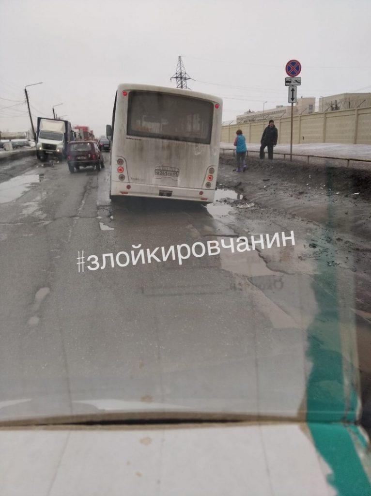 На Дзержинского в Кирове автобус с пассажирами провалился в яму